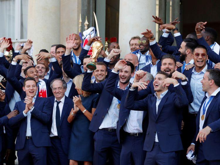 Le président Macron et son épouse Brigitte Macron posent avec l'équipe de l'Elysée