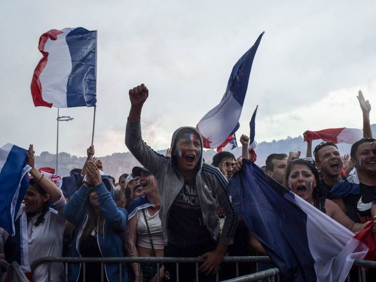 Les gens réagissent en regardant le match final de la Coupe du Monde Russie 2018 entre la France et la Croatie, le 15 juillet 2018 à Lyon. (Photo par ROMAIN LAFABREGUE / AFP) (Crédit photo devrait lire ROMAIN LAFABREGUE / AFP / Getty Images)