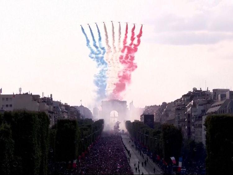 La Patrouille de France derrière la fumée bleue, blanche et rouge