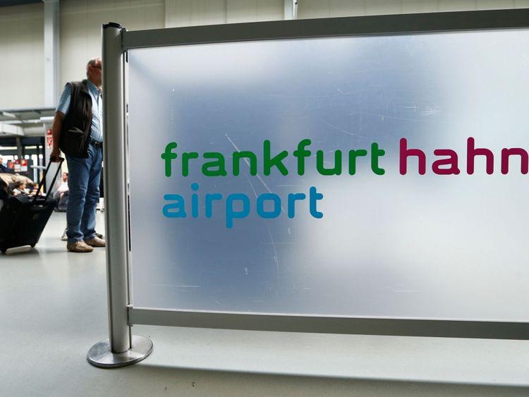 Un passager traverse le terminal de l'aéroport de Francfort Hahn à 100 kilomètres (60 miles) à l'ouest de Francfort, en Allemagne, le 6 juin 2016. REUTERS / Ralph Orlowski
