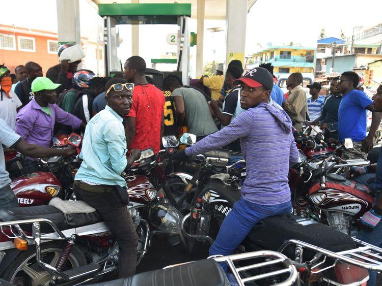 Le peuple haïtien attend d'acheter du carburant dans une station-service de Petion Ville l'une des rares stations-service ouvertes pendant la grève pour protester contre la hausse des prix du carburant
