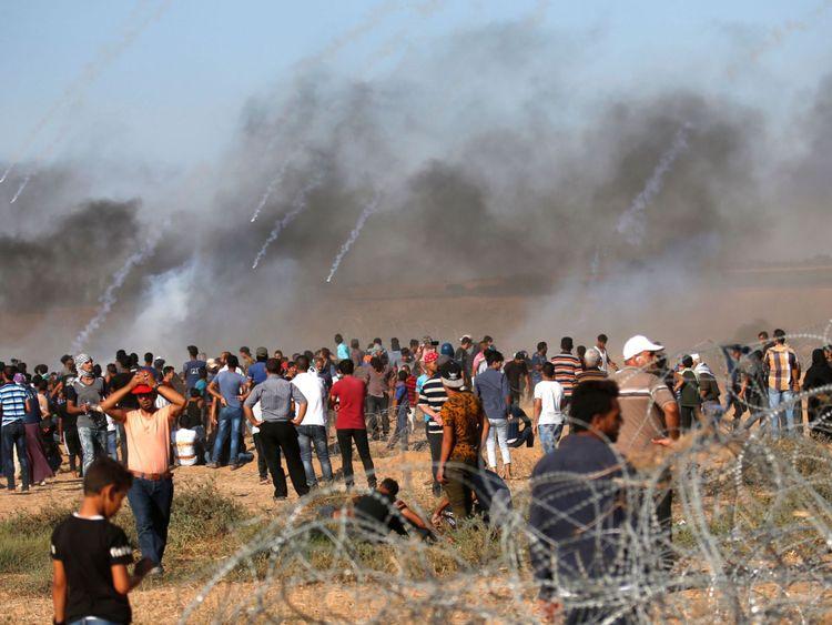 Une photo prise le 20 juillet 2018 montre des bombes lacrymogènes tirées par les forces israéliennes qui atterrissent au milieu de manifestants le long de la frontière avec Israël à l'est de Khan Yunis dans le sud de la bande de Gaza