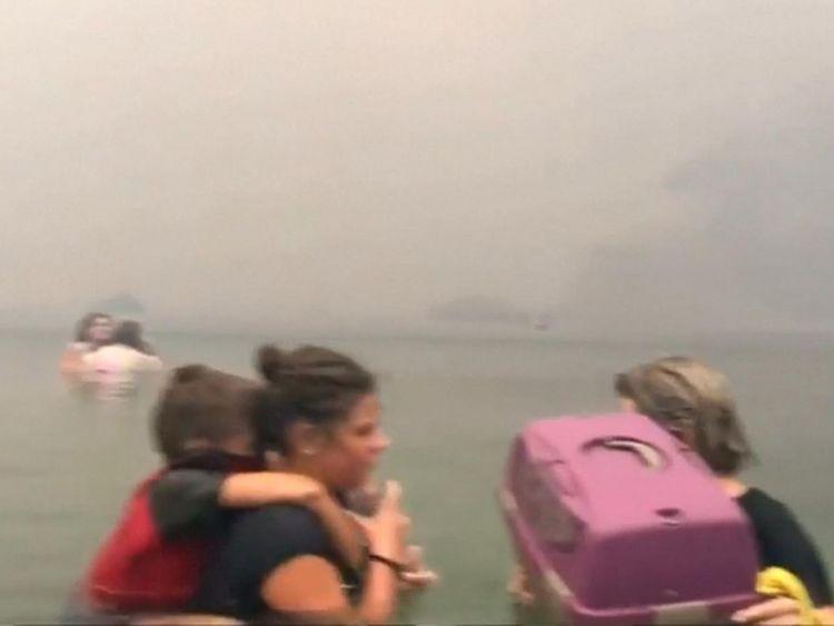 Des centaines ont fui dans l'eau pour essayer de survivre à l'incendie