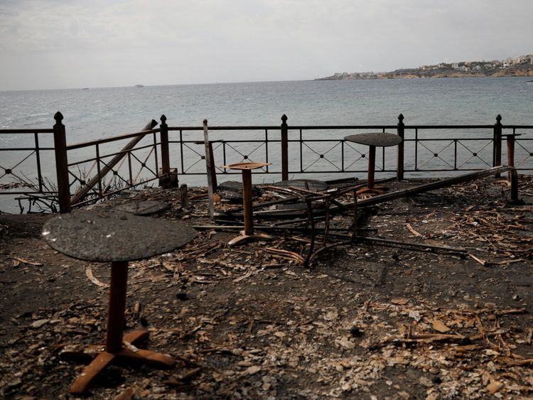 Tables et chaises d'un café balnéaire après un feu de forêt dans le village de Mati, près d'Athènes