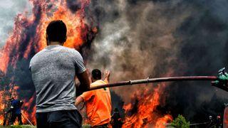 """Les pompiers et les volontaires essayent d'éteindre des flammes pendant un feu de forêt au village de Kineta """"srcset ="""" https://e3.365dm.com/18/07/320x180/skynews-greece-wildfire-kineta_4370781.jpg?20180725063556 320w, https: //e3.365dm.com/18/07/640x380/skynews-greece-wildfire-kineta_4370781.jpg?20180725063556 640w, https://e3.365dm.com/18/07/736x414/skynews-greece-wildfire-kineta_4370781 .jpg? 20180725063556 736w, https://e3.365dm.com/18/07/992x558/skynews-greece-wildfire-kineta_4370781.jpg?20180725063556 992w, https://e3.365dm.com/18/07/1096x616 /skynews-greece-wildfire-kineta_4370781.jpg?20180725063556 1096w, https://e3.365dm.com/18/07/1600x900/skynews-greece-wildfire-kineta_4370781.jpg?20180725063556 1600w, https: //e3.365dm .com / 18/07 / 1920x1080 / skynews-grèce-wildfire-kineta_4370781.jpg? 20180725063556 1920w, https://e3.365dm.com/18/07/2048x1152/skynews-greece-wildfire-kineta_4370781.jpg?20180725063556 2048w """"sizes ="""" (min-width: 900px) 992px, 100vw"""