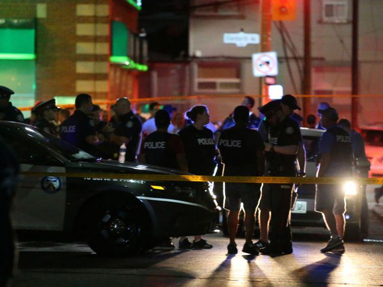 La police est vue près de la scène d'un tir de masse à Toronto, Canada, le 22 juillet 2018