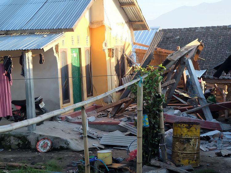 Une maison endommagée à la suite d'un tremblement de terre à Lombok
