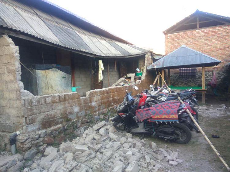 Des dommages sont observés à la suite d'un tremblement de terre à Lombok qui a tué 10 personnes