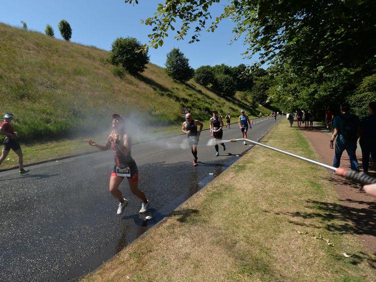 Les coureurs d'Écosse se rafraîchissent lors du triathlon Iron Man