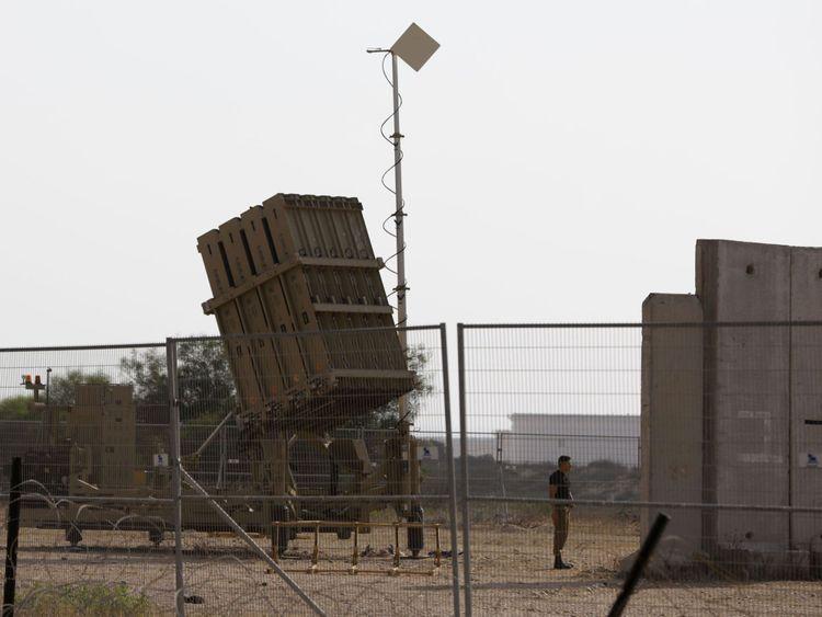 Un soldat israélien se tient à côté d'un système de défense Iron Dome, conçu pour intercepter et détruire des roquettes à courte portée et des obus d'artillerie, près de la ville d'Ashkelon le 14 juillet 2018. - Des roquettes ont été tirées sur Gaza. a déclaré, sans causer de pertes. (Photo par Ahmad GHARABLI / AFP) (Crédit photo devrait lire AHMAD GHARABLI / AFP / Getty Images)