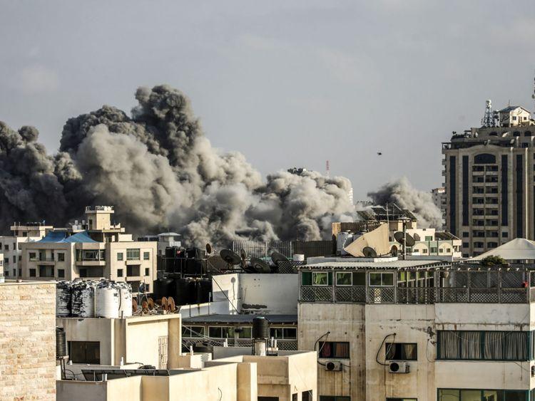 Une photo prise le 14 juillet 2018 montre des panaches de fumée s'élevant à la suite d'une frappe aérienne israélienne dans la ville de Gaza. - L'armée israélienne a déclaré avoir lancé des frappes aériennes contre le Hamas dans la bande de Gaza le 14 juillet alors que des roquettes et des mortiers ont été lancés dans le sud d'Israël depuis l'enclave palestinienne bloquée. (Photo par MAHMUD HAMS / AFP) (Crédit photo devrait lire MAHMUD HAMS / AFP / Getty Images)