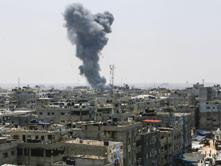 Une photo prise le 14 juillet 2018 montre un panache de fumée à la suite d'une frappe aérienne israélienne dans la ville de Rafah, au sud de la bande de Gaza, près de la frontière avec l'Egypte. - L'armée israélienne a déclaré avoir lancé des frappes aériennes contre le Hamas dans la bande de Gaza le 14 juillet alors que des roquettes et des mortiers ont été lancés dans le sud d'Israël depuis l'enclave palestinienne bloquée. (Photo par SAID KHATIB / AFP) (Crédit photo devrait lire SAID KHATIB / AFP / Getty Images)