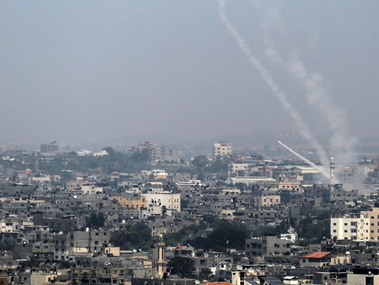 Une photo prise le 14 juillet 2018 montre des roquettes palestiniennes tirées de la ville de Gaza vers Israël. - L'armée israélienne a déclaré avoir lancé des frappes aériennes contre le Hamas dans la bande de Gaza le 14 juillet alors que des roquettes et des mortiers ont été lancés dans le sud d'Israël depuis l'enclave palestinienne bloquée. (Photo par BASHAR TALEB / AFP) (Crédit photo devrait lire BASHAR TALEB / AFP / Getty Images)