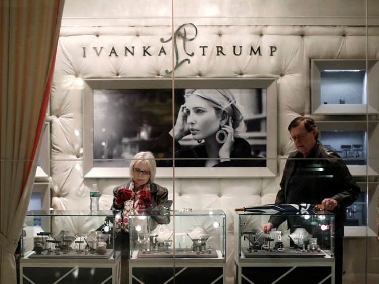 Les gens regardent des articles en vente dans le magasin Ivanka Trump, à Trump Tower, New York.