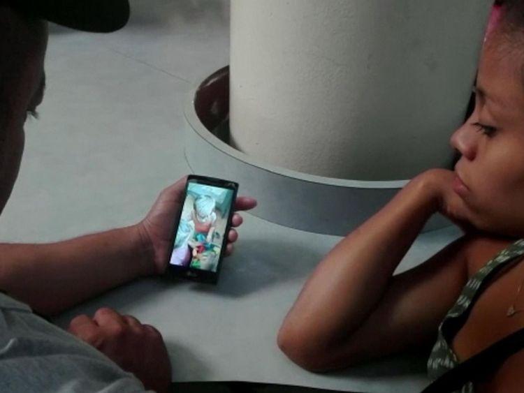 Les parents de Johan regardent une vidéo de leur fils