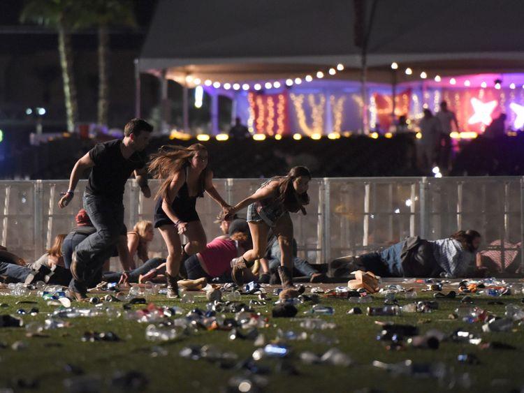 Les gens courent après le festival de musique country Route 91 Harvest après avoir entendu un coup de feu