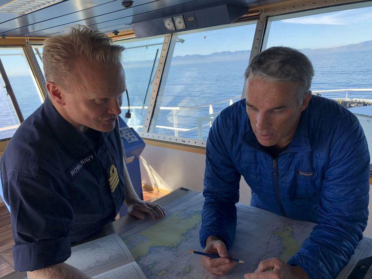 Lewis Pugh étudie la carte avec le capitaine de la Royal Navy, Matt Syrett