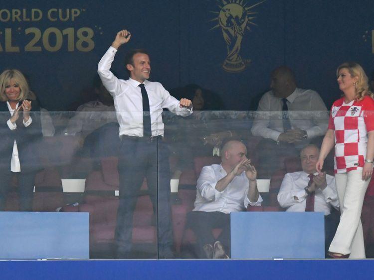 MOSCOU, RUSSIE - 15 JUILLET: Le président français Emmanuel Macron célèbre après le quatrième but de son équipe lors de la finale de la Coupe du Monde de la FIFA 2018 entre la France et la Croatie au Stade Luzhniki le 15 juillet 2018 à Moscou, Russie. (Photo par Dan Mullan / Getty Images)