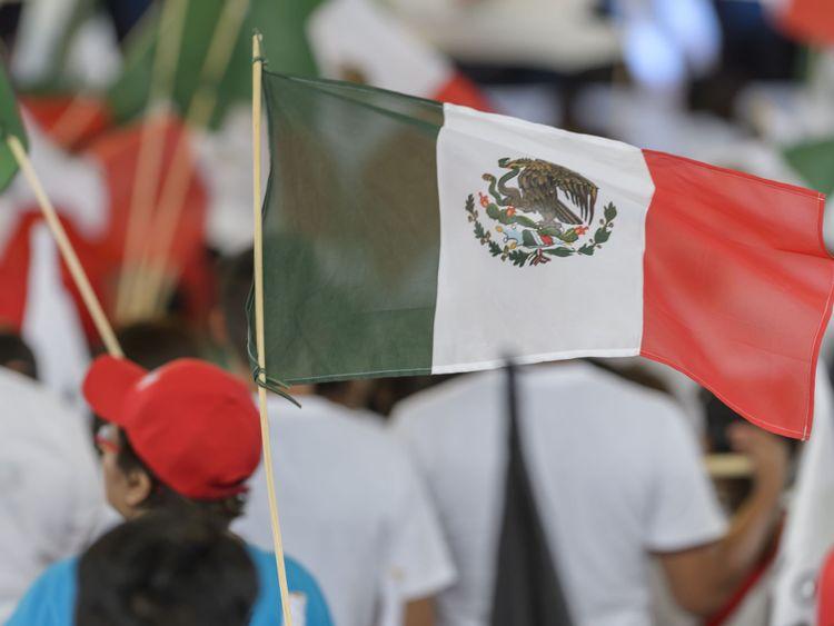 SALTILLO, MEXIQUE - LE 27 JUIN: Un drapeau mexicain agité lors de la dernière campagne électorale de 2018 élimine Jose Antonio Meade au Parque Las Maravillas le 27 juin 2018 à Saltillo, au Mexique.
