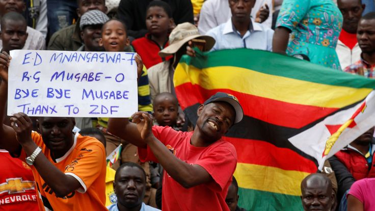 Les gens attendent la cérémonie d'inauguration du prochain président du Zimbabwe, Emmerson Mnangagwa