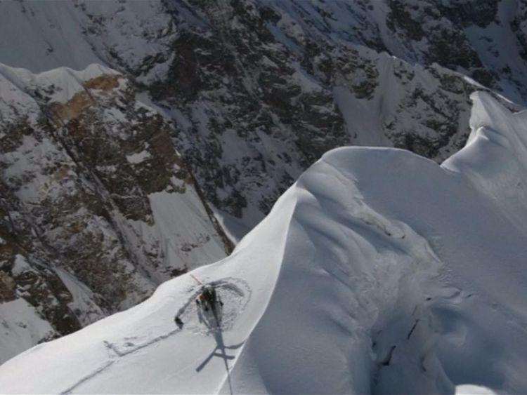 L'hélicoptère sur la montagne enneigée