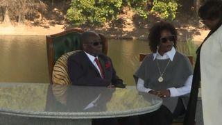 "L'ancien dirigeant du Zimbabwe, Robert Mugabe, photographié avec sa femme, Grace ""srcset ="" https://e3.365dm.com/18/07/320x180/skynews-mugabe-grace-zimbabwe_4374853.jpg?20180729133124 320w, https: //e3.365dm.com/18/07/640x380/skynews-mugabe-grace-zimbabwe_4374853.jpg?20180729133124 640w, https://e3.365dm.com/18/07/736x414/skynews-mugabe-grace-zimbabwe_4374853 .jpg? 20180729133124 736w, https://e3.365dm.com/18/07/992x558/skynews-mugabe-grace-zimbabwe_4374853.jpg?20180729133124 992w, https://e3.365dm.com/18/07/1096x616 /skynews-mugabe-grace-zimbabwe_4374853.jpg?20180729133124 1096w, https://e3.365dm.com/18/07/1600x900/skynews-mugabe-grace-zimbabwe_4374853.jpg?20180729133124 1600w, https: //e3.365dm .com / 18/07 / 1920x1080 / skynews-mugabe-grâce-zimbabwe_4374853.jpg? 20180729133124 1920w, https://e3.365dm.com/18/07/2048x1152/skynews-mugabe-grace-zimbabwe_4374853.jpg?20180729133124 2048w ""sizes ="" (min-width: 900px) 992px, 100vw"