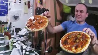 """Vidéo de la NASA """"srcset ="""" https://e3.365dm.com/17/12/320x180/skynews-nasa-pizza-making_4172950.jpg?20171203094538 320w, https://e3.365dm.com/17/12/640x380 /skynews-nasa-pizza-making_4172950.jpg?20171203094538 640w, https://e3.365dm.com/17/12/736x414/skynews-nasa-pizza-making_4172950.jpg?20171203094538 736w, https: //e3.365dm .com / 17/12 / 992x558 / skynews-nasa-fabrication de pizza_4172950.jpg? 20171203094538 992w, https://e3.365dm.com/17/12/1096x616/skynews-nasa-pizza-making_4172950.jpg?20171203094538 1096w , https://e3.365dm.com/17/12/1600x900/skynews-nasa-pizza-making_4172950.jpg?20171203094538 1600w, https://e3.365dm.com/17/12/1920x1080/skynews-nasa- pizza-making_4172950.jpg? 20171203094538 1920w, https://e3.365dm.com/17/12/2048x1152/skynews-nasa-pizza-making_4172950.jpg?20171203094538 2048w """"tailles ="""" (min-largeur: 900px) 992px, 100vw"""