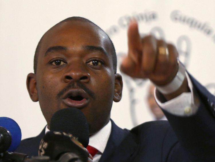 Nelson Chamisa, leader du Mouvement de l'opposition pour le changement démocratique (MDC), fait des gestes lors du lancement du manifeste électoral de son parti à Harare, au Zimbabwe, le 7 juin 2018. REUTERS / Philimon Bulawayo