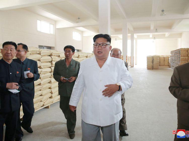 Kim Jong Un inspecte une usine de farine de pommes de terre