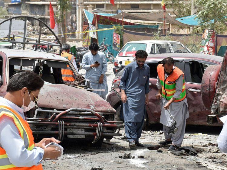 Des membres de l'unité d'élimination des bombes examinent le site après une explosion suicide à Quetta