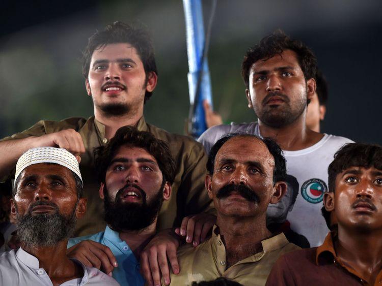 Les partisans d'un politicien pakistanais devenu politicien et chef du Pakistan Tehreek-e-Insaf (PTI) Imran Khan, drapeaux d'encouragement et de vagues lors d'un rassemblement lors de la dernière journée de campagne, à Lahore, le 23 juillet 2018