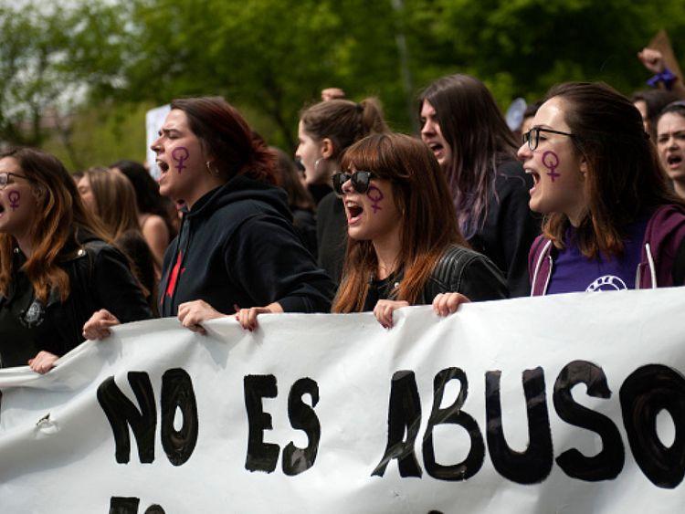 Des manifestations ont eu lieu en avril après qu'un juge ait condamné cinq hommes à des frais moins élevés pour avoir forcé une jeune femme au festival de San Fermin à avoir des relations sexuelles
