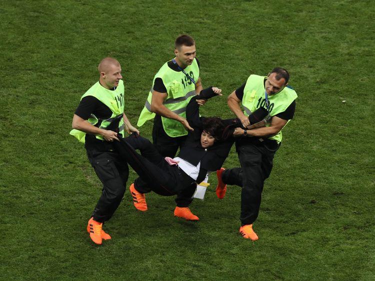 MOSCOU, RUSSIE - 15 JUILLET: Les commissaires sportifs écartent un envahisseur sur le terrain lors de la finale de la Coupe du Monde de la FIFA 2018 entre la France et la Croatie au Stade Luzhniki le 15 juillet 2018 à Moscou, en Russie. (Photo par Kevin C. Cox / Getty Images)
