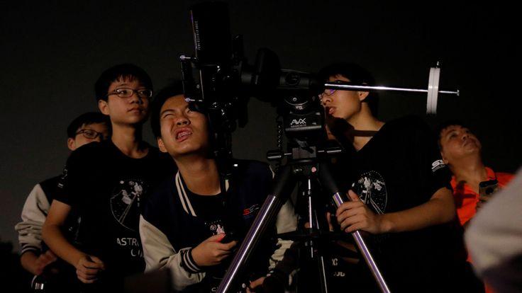 Des étudiants passionnés d'astronomie à Singapour tentent d'entrevoir la lune à Marina South Pier