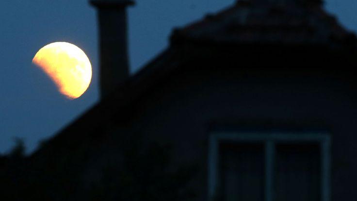 La lune se lève derrière une maison à Zenica, en Bosnie-Herzégovine