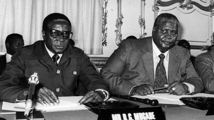 Robert Mugabe et le leader de la ZAPU, Joshua Nkomo, lors des pourparlers de Lancaster House en 1979