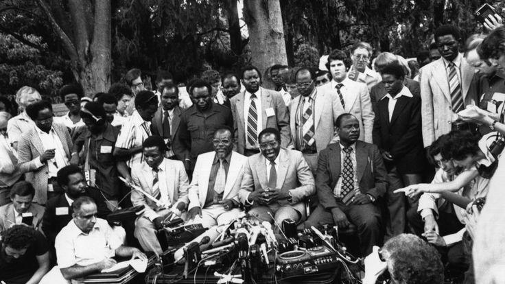 6 mars 1980: Robert Gabriel Mugabe, nouveau président du Zimbabwe, tient une conférence de presse dans son jardin à Mount Pleasant, Salisbury