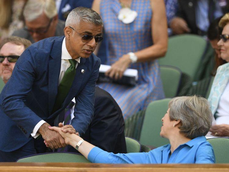 Le maire de Londres, Sadiq Khan, s'entretient avec le Premier ministre britannique Theresa May dans la Royal Box