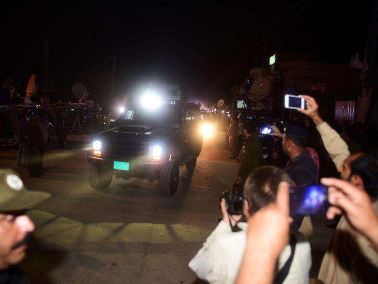 Un véhicule blindé qui aurait transporté l'ancien Premier ministre pakistanais Nawaz Sharif et sa fille Maryam Nawaz arrive à la prison d'Adiala à Rawalpindi