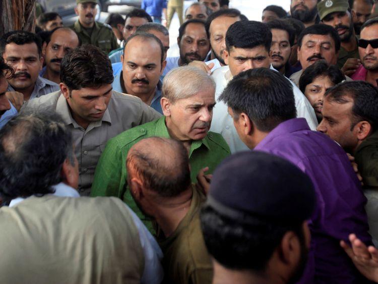 Shehbaz Sharif, frère du Premier ministre déchu Nawaz Sharif et leader de la Ligue musulmane pakistanaise-Nawaz (PML-N), s'entretient avec ses partisans à son arrivée dans un bureau de vote pour voter lors des élections générales de Lahore, au Pakistan, le 25 juillet 2018. REUTERS / Mohsin Raza