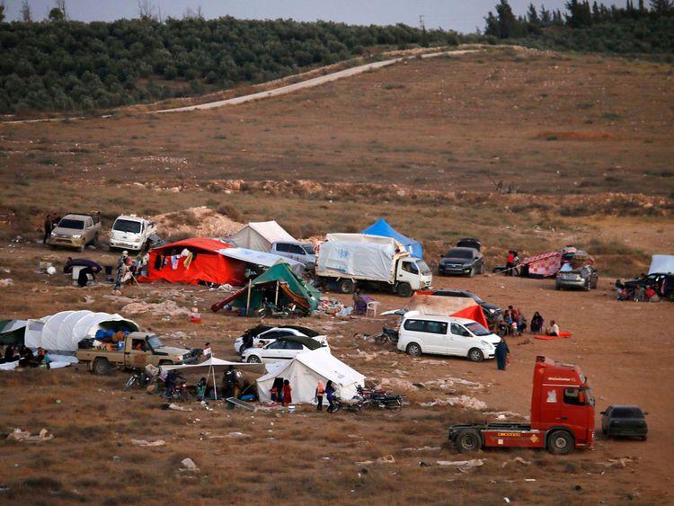 Des dizaines de milliers de personnes sont bloquées à la frontière syrienne