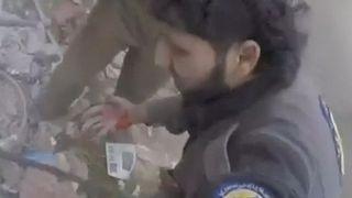 Des membres du groupe de défense civile connu sous le nom de Casques blancs ont été la cible d'un attentat à la bombe dans l'est de la Ghouta alors qu'ils sauvaient des civils