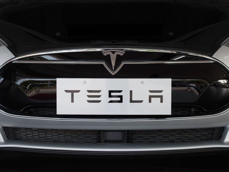 Cette photo prise le 17 mars 2015 montre une voiture Tesla Model S exposée dans une salle d'exposition à Shanghai