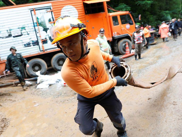 Un membre de l'équipe de secours travaille près du complexe de la grotte Tham Luang, à la recherche de membres d'une équipe de football de moins de 16 ans.