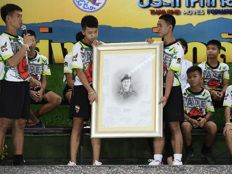 Les garçons rendent hommage au plongeur qui a perdu la vie