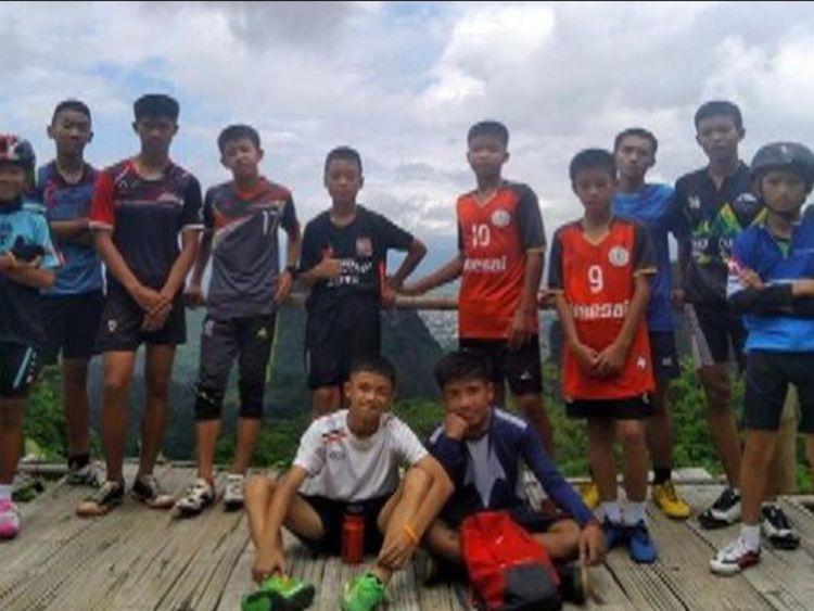 Les secouristes recherchant 12 garçons disparus et leur entraîneur de football disent qu'ils ont tous été retrouvés vivants, ont déclaré des responsables en Thaïlande.