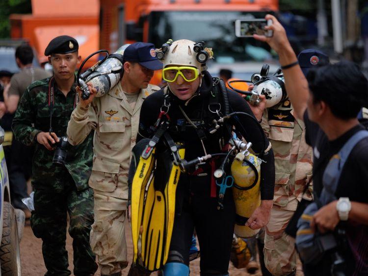 Le plongeur britannique John Volanthen quitte la grotte de Tham Luang Nang à Chiang Rai en Thaïlande.