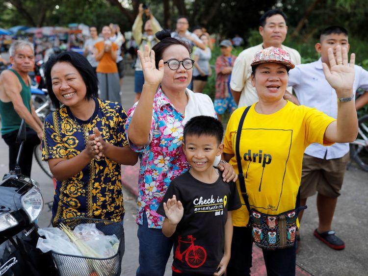 Les spectateurs agitent une ambulance transportant des écoliers secourus qui quittent un aéroport militaire à Chiang Rai, en Thaïlande, le 10 juillet 2018. REUTERS / Tyrone Siu