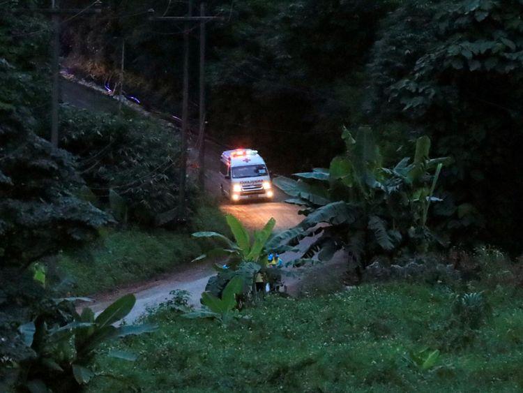 Une ambulance supposée porter un des garçons sauvés