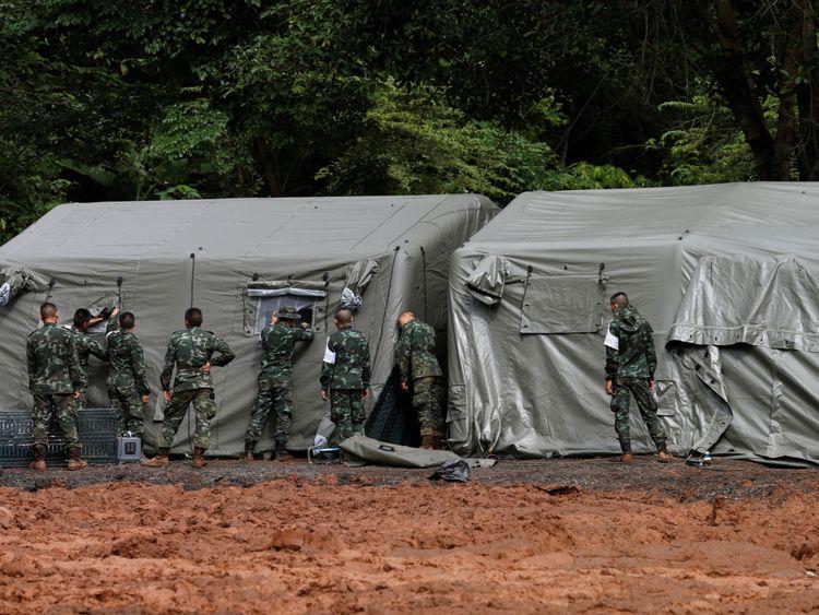 Des soldats ont préparé un hôpital de fortune près de la grotte